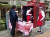 Britânico abre café em cabine telefônica fora de uso